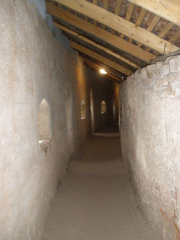 ueberdachter Wehrgang in der Ringmauer der Kirchenburg von Honigberg, Harman