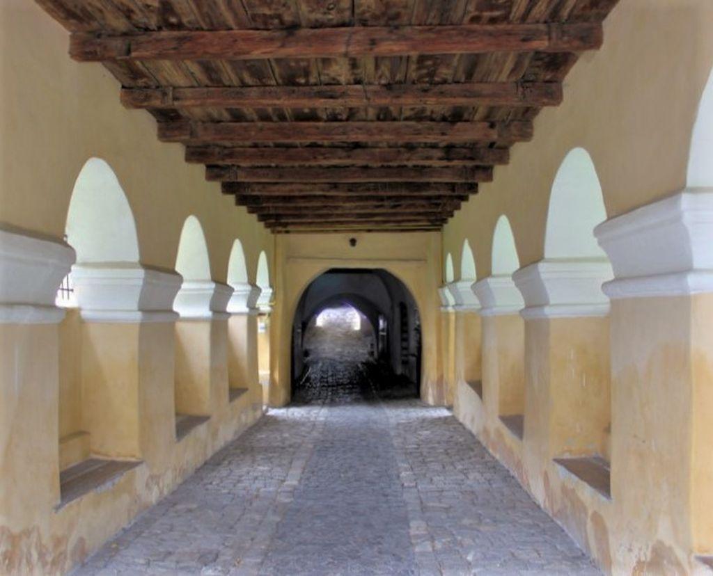 Arkadeneingang zur Kirchenburg von Honigberg