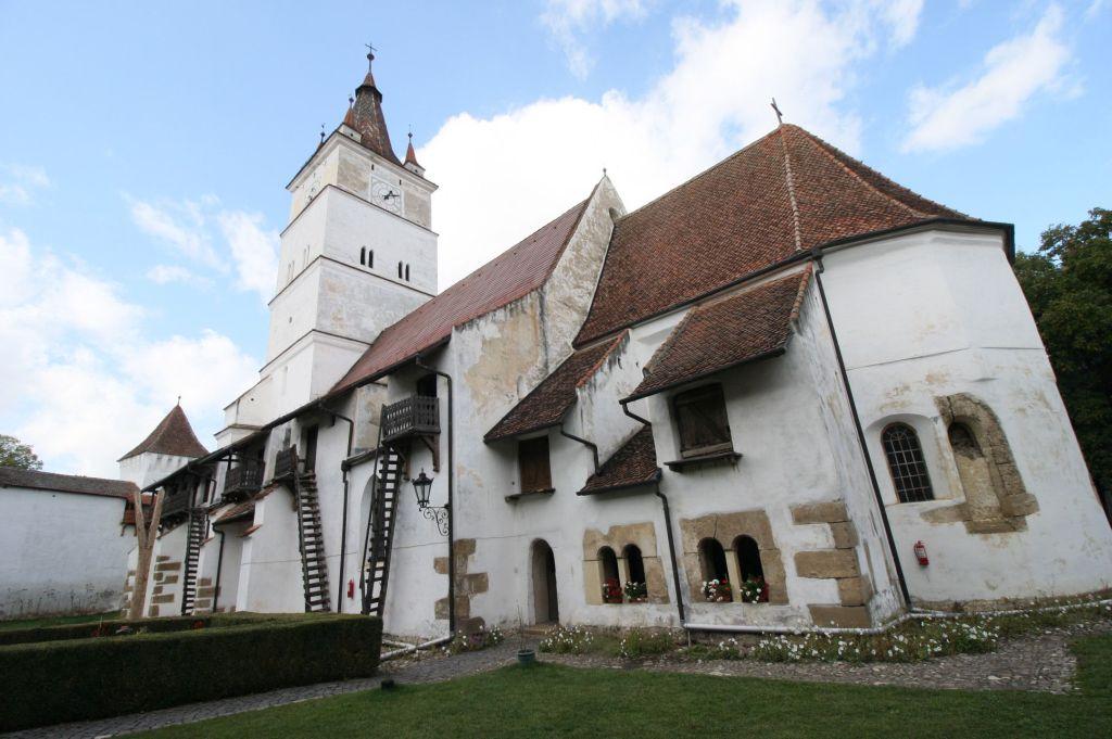 Kirchturm und mit Kornkammer zugebaute Suedseite der Kirche von Honigberg im Burzenland