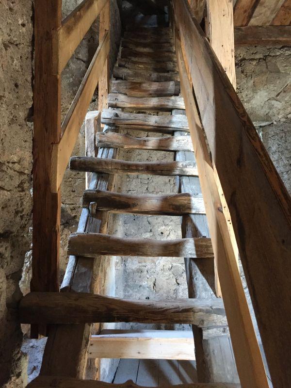 steile, ausgetretene Holztreppe in den Glockenturm der Kirche von Honigberg
