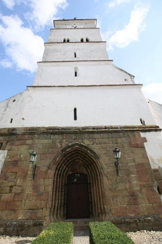 Glockenturm und Westportal der Kirche von Honigberg