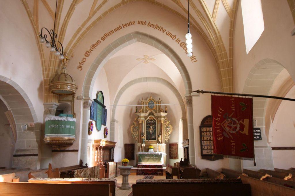 Innenraum mit Blick auf den barocken Altar der Kirche von Honigberg