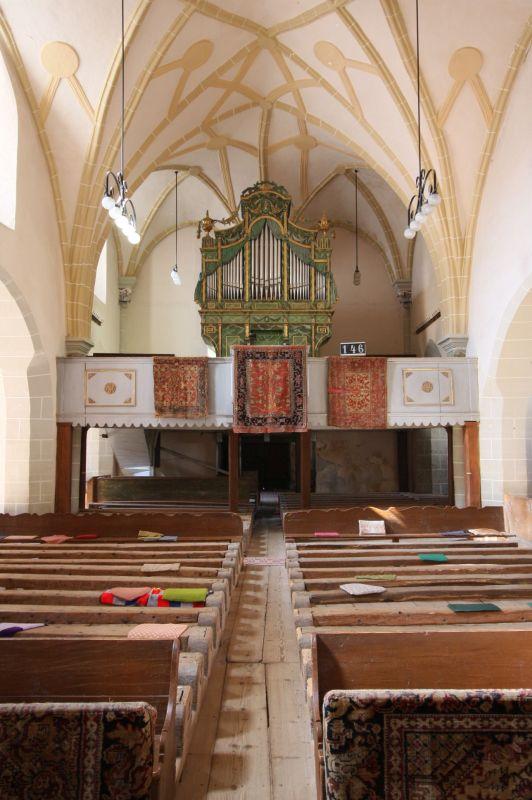Innenraum mit Blick auf die Orgel der Kirche von Honigberg