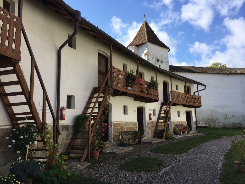 idyllischer Innenhof in der Kirchenburg von Honigberg