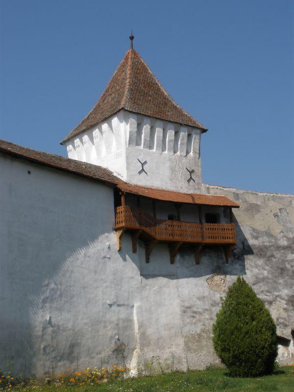 Westturm mit Pechnasenkranz an der Ringmauer der Kirchenburg von Honigberg im Burzenland