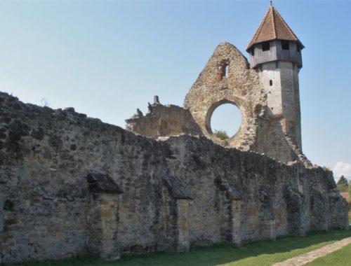 Ruine des Hauptschiffes des Zisterzienserklosters in Kerz / Cârţa