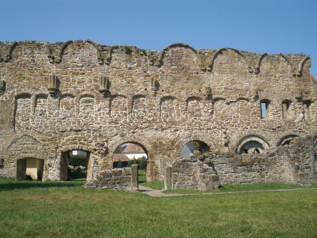 Ruinen des Kapitel- und Schlafsaales des Zisterzienserklosters in Kerz