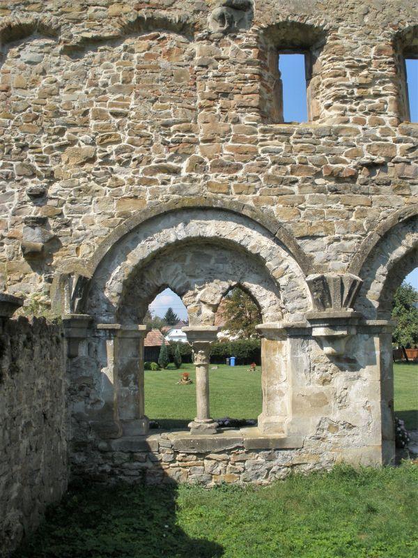 Gotische und romanische Fensterboegen des Kapitel- und Schlafsaales des Zisterzienserklosters in Kerz