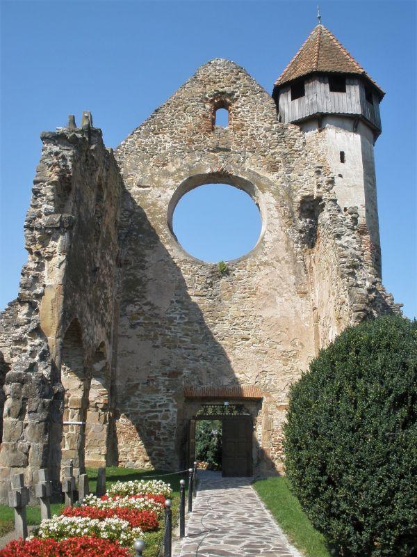 Westfassade der Zisterzienser-Klosterruine von Kerz /Cârţa in Siebenbuergen. Neben der Ruine der Westfassade ist der erhaltenen Kirchturm