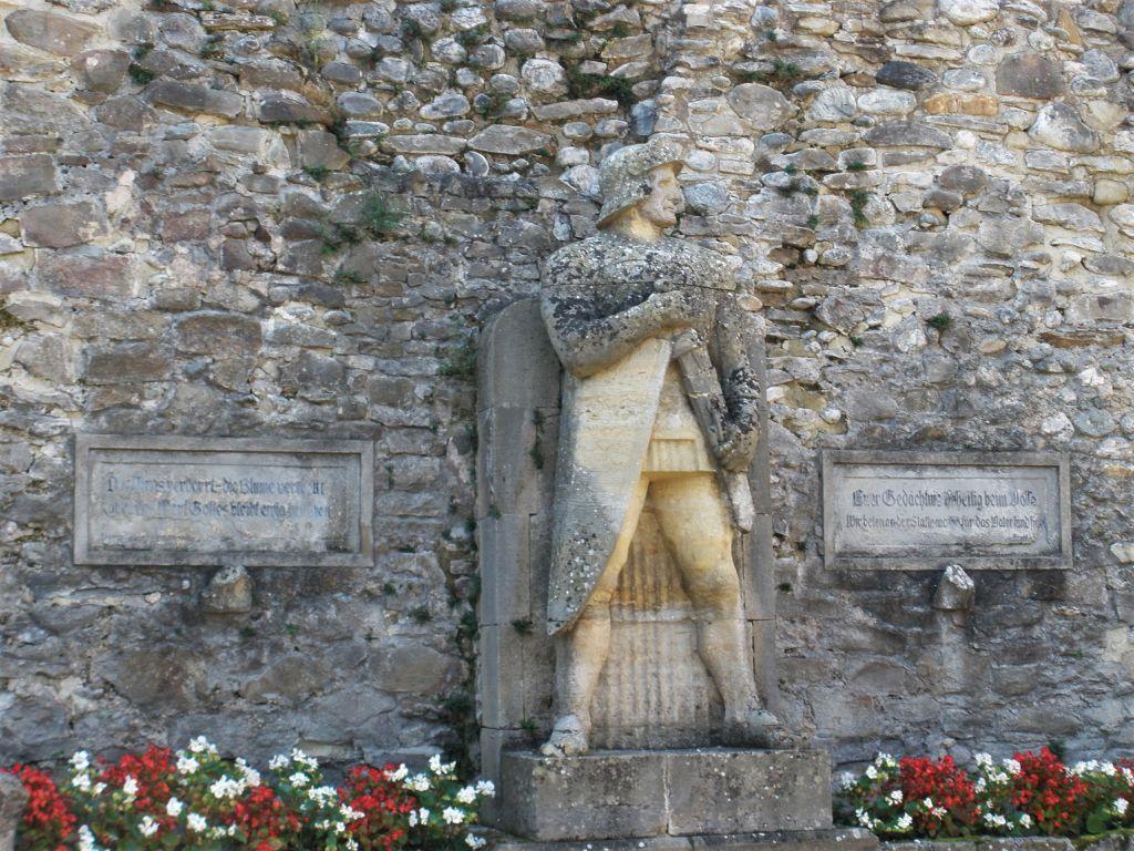 Roland-Standbild in der Klosterruine von Kerz