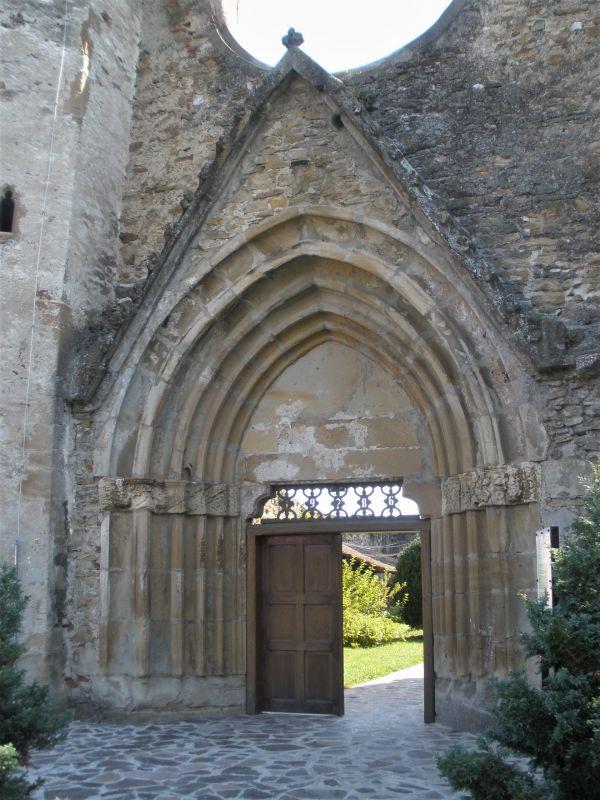 Eingang zur ehemaligen Klosterkirche des Zisterzienserklosters in Kerz / Cârţa