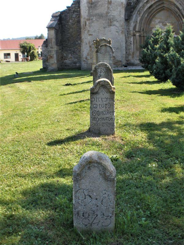 Jahrhundertealte Grabsteine vor der Klosterruine von Kerz, Siebenbuergen