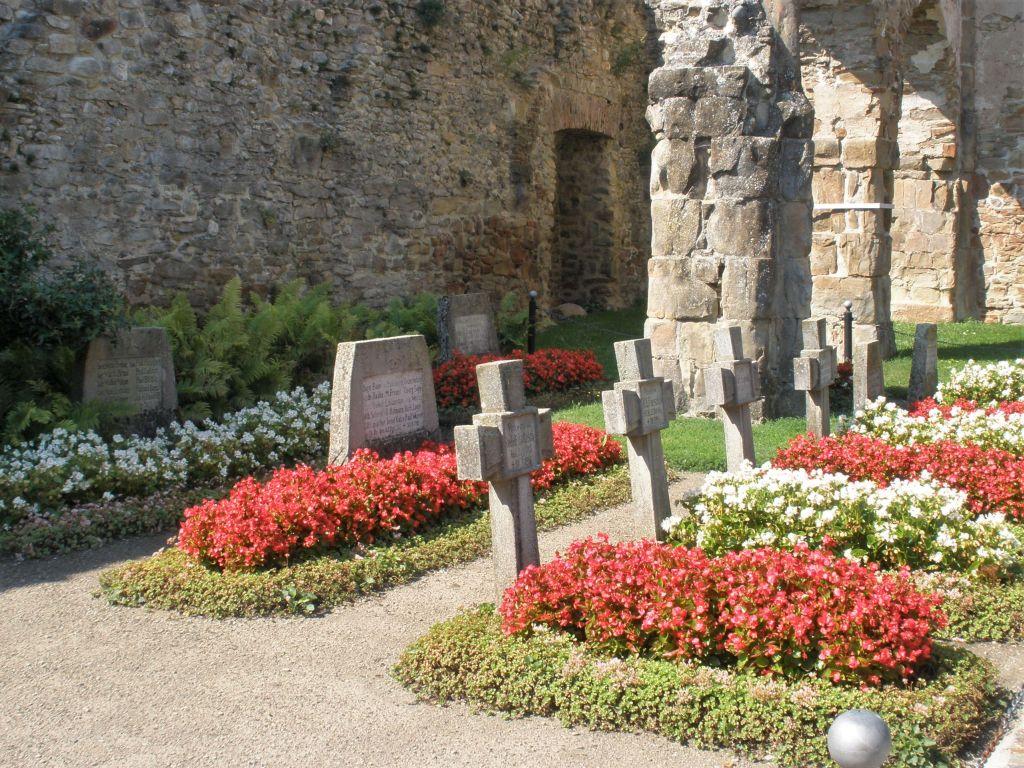 Soldatenfriedhof im Hauptschiff der Klosterruine von Kerz /Cârţa