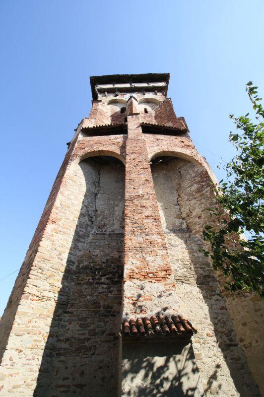 massiver Westturm mit hochgezogenen Strebepfeilern und Wehrboegen der Kirchenburg in Valea Viilor, Wurmloch, Siebenbuergen