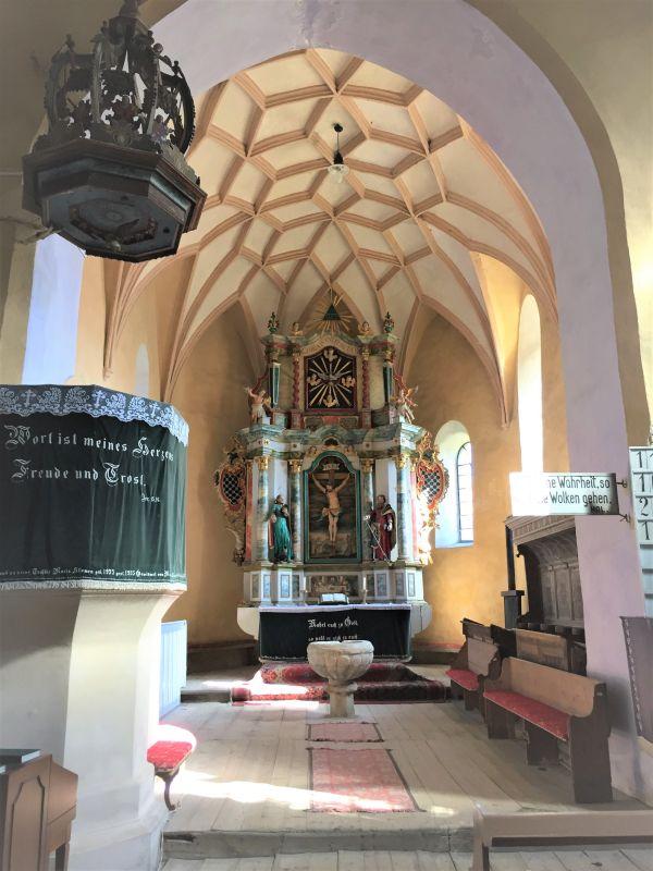Innenansicht mit Blick auf die Kanzel und den Altar der Wehrkirche von Wurmloch, Siebenbuergen