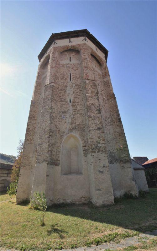Chor mit hochgezogenen Strebepfeilern der Wehrkirche von Wurmloch, Siebenbuergen