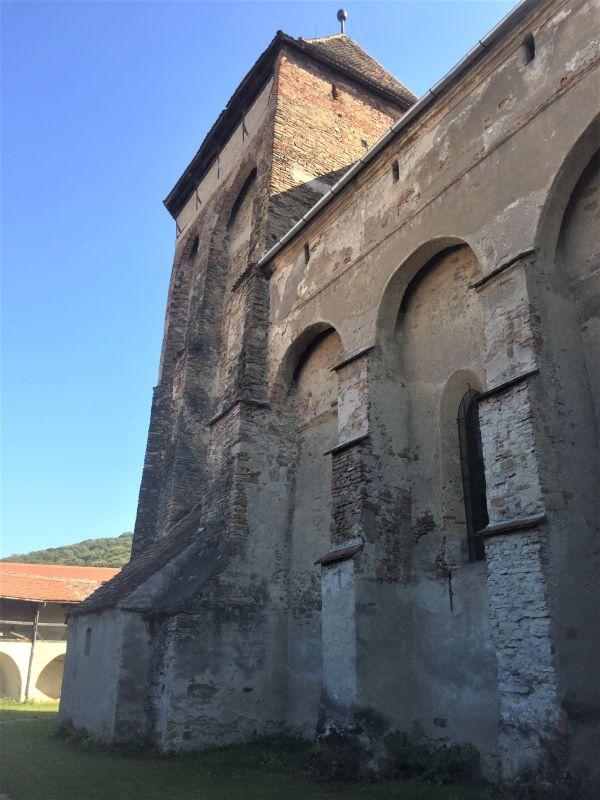 Aussenansicht mit den hochgezogenen Strebepfeilern und Wehrboegen der Kirchenburg in Wurmloch