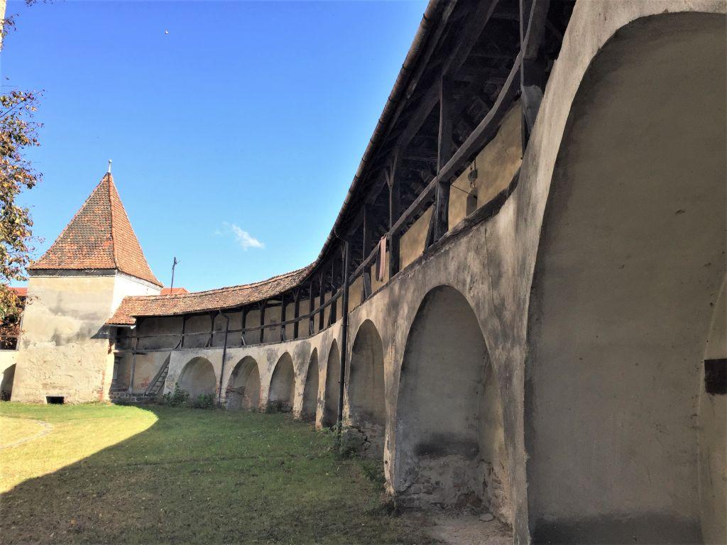 Ringmauer mit Arkadenboegen und Bastion der Kirchenburg in Wurmloch, Rumaenien