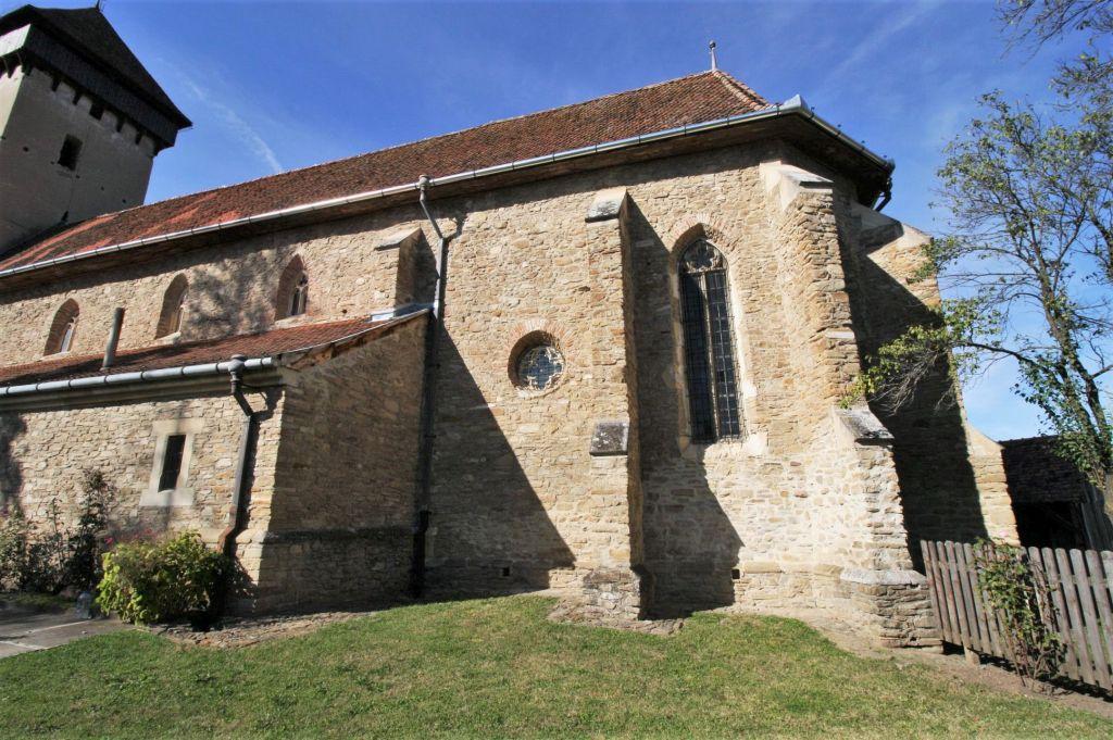 Chor mit Strebepfeilern, gotischem Maßwerkfenster und Vierpass der siebenbuergisch-saechsischen Wehrkirche von Malmkrog