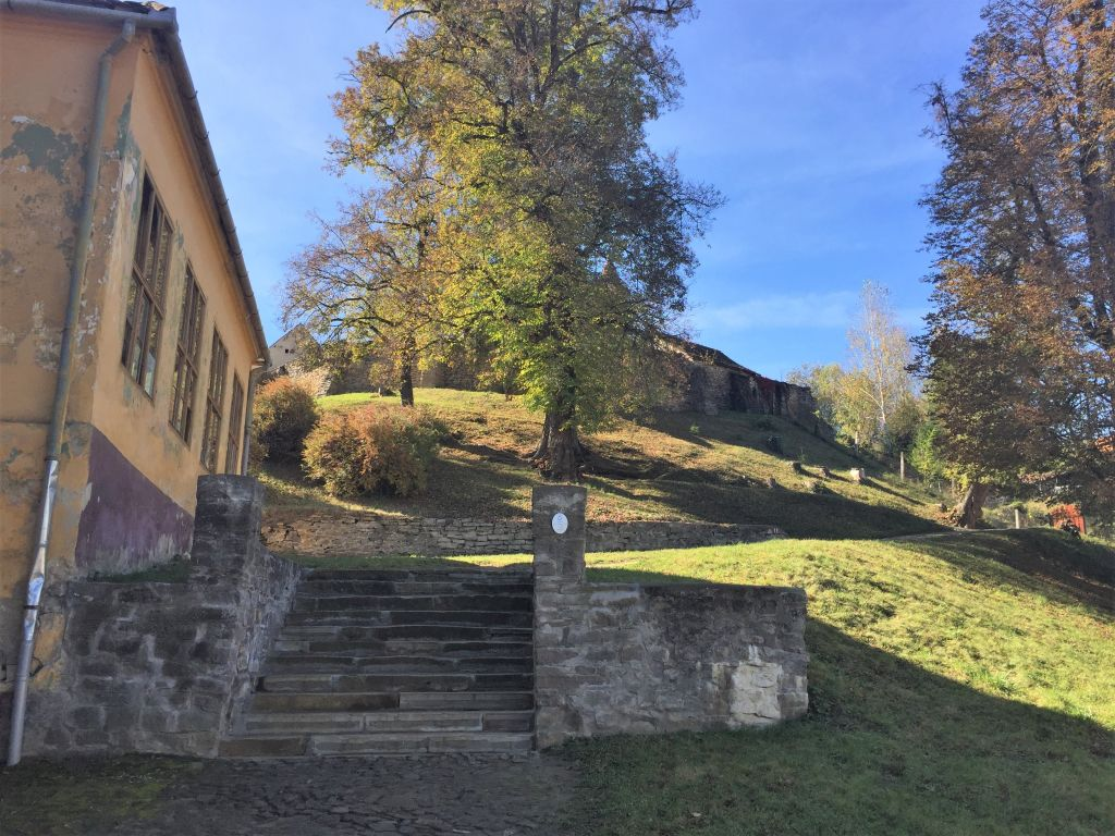 Aufstieg zur Kirchenburg von Malmkrog / Malancrav