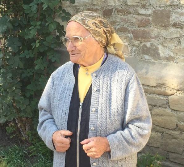 Frau Hilde Kraft, die Siebenbuerger Kirchenfuehrerin in der Kirchenburg von Malmkrog, Malancrav