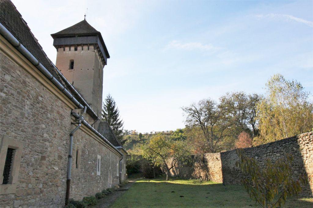 Nordfassade und Ringmauer der siebenbuergisch-saechsischen Kirchenburg von Malmkrog