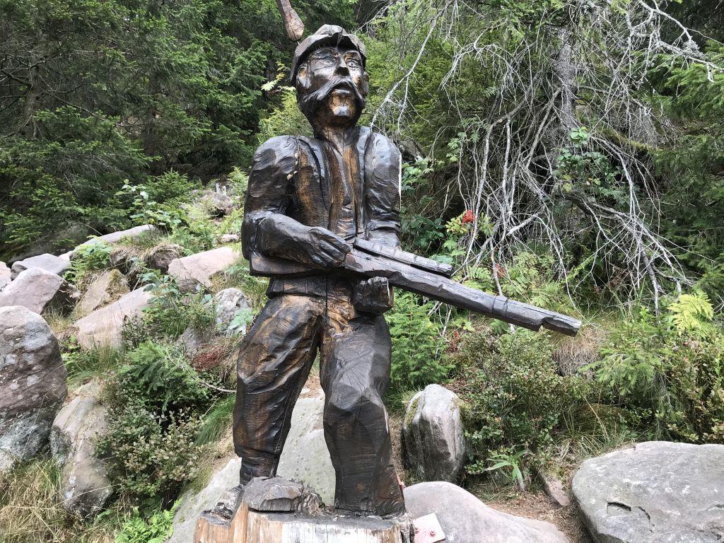 Holzskulptur Jaeger mit Gewehr am Mummelsee