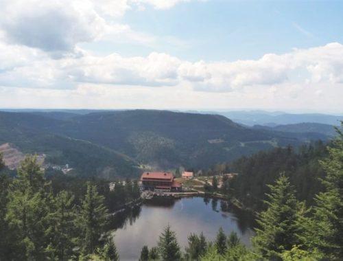 Blick von der Hornisgrinde auf den Mummelsee und den Schwarzwald