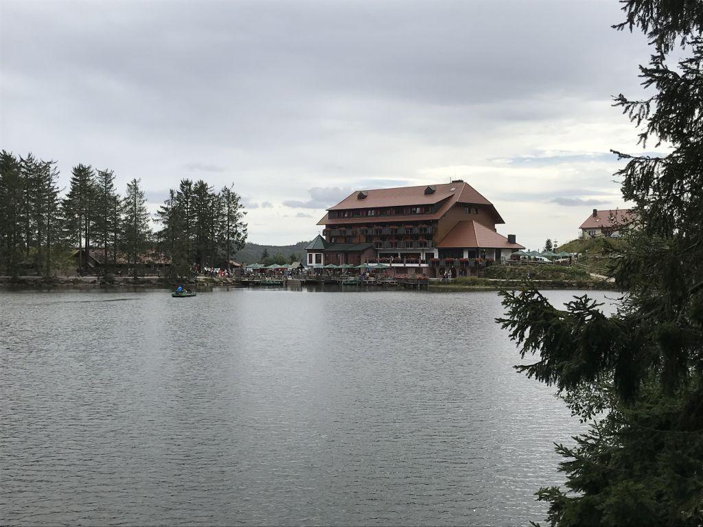 Blick auf das Berghotel am Mummelsee