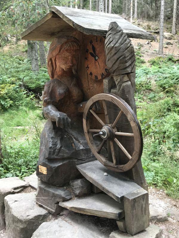 Holzskulptur mit spinnender Seenymphe am Rundwanderweg entlang des Mummelsees