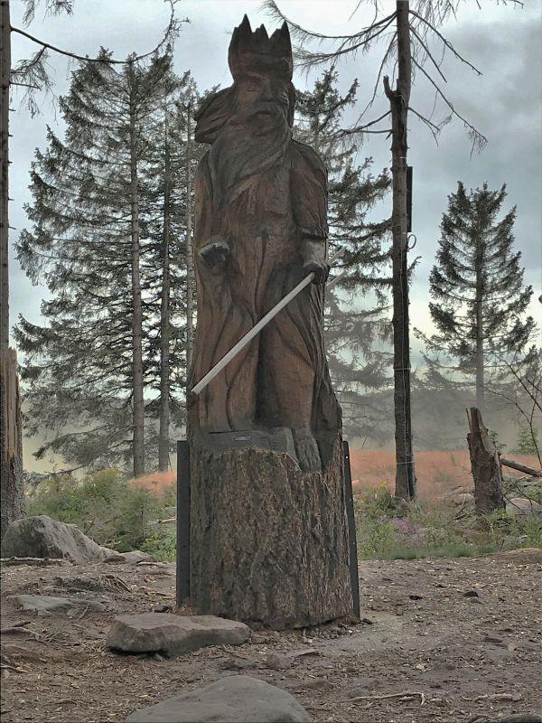 Holzskulptur Mummelseekoenig am Mummelsee im Schwarzwald