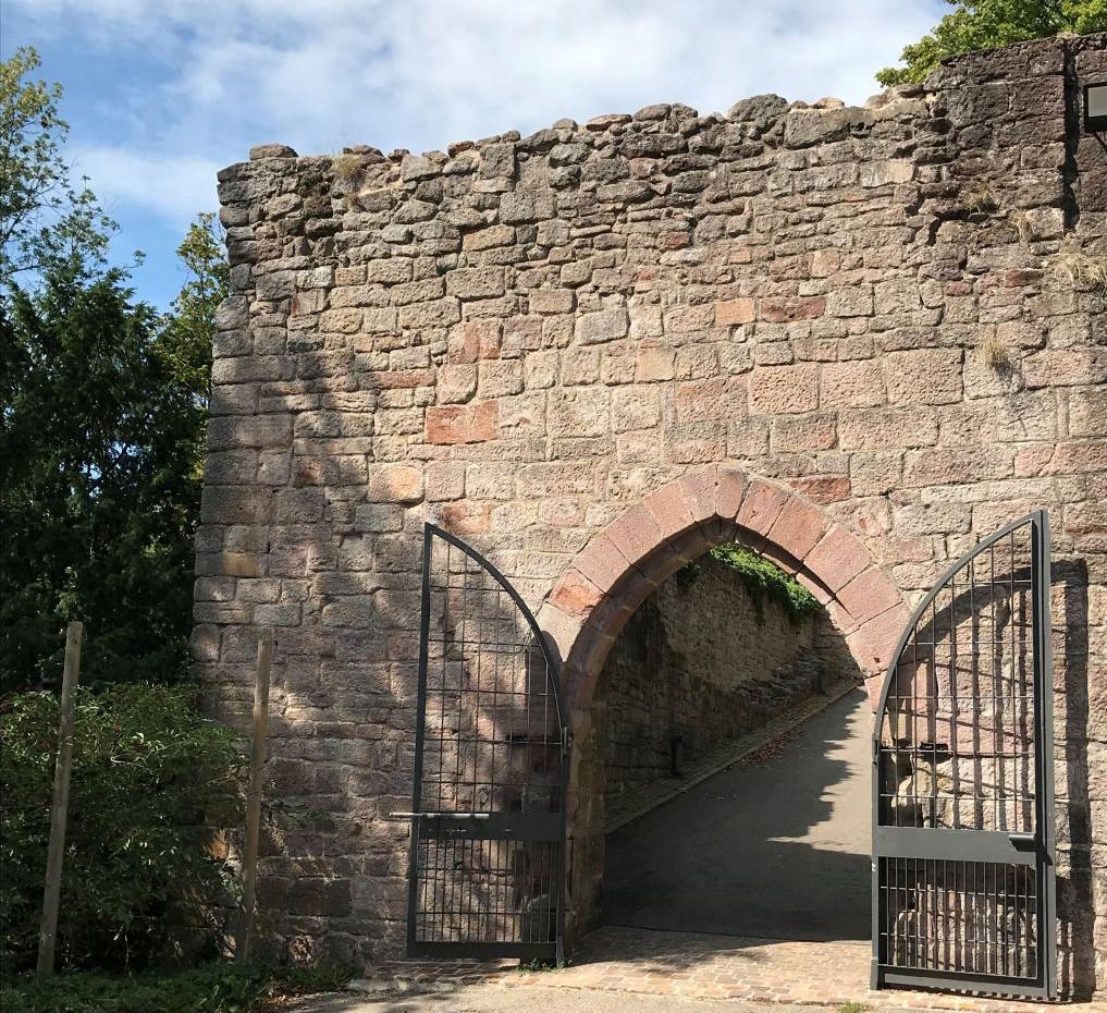 gotisches Tor zur Ruine Yburg