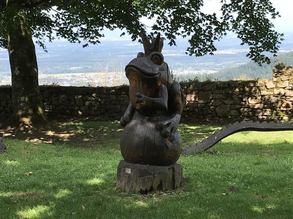 geschnitzter Froschkoenig im ehemaligen Burghof der Yburg