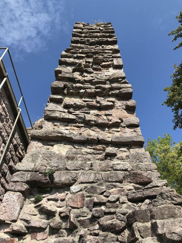 Ruine des oestlichen Bergfrieds der Yburg im Rebland