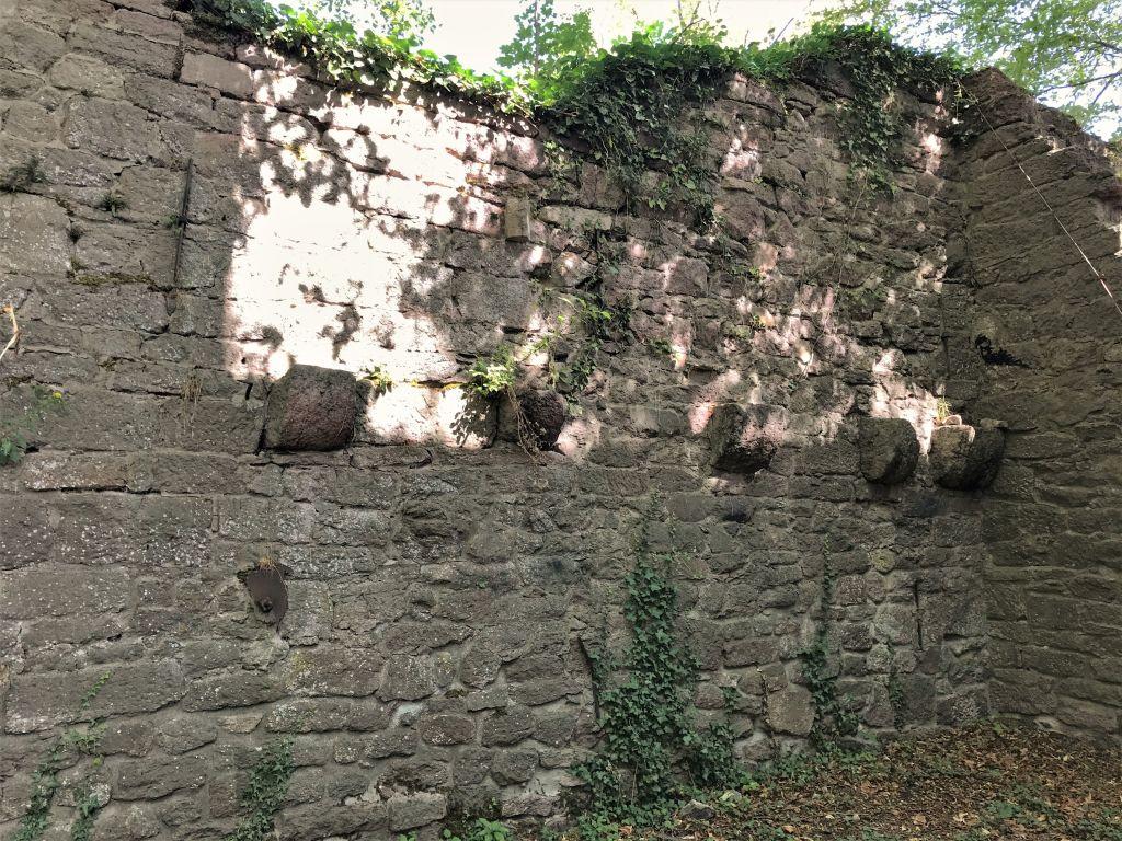 Konsolen in der Mauer des oestlichen Palas der Burgruine Yburg