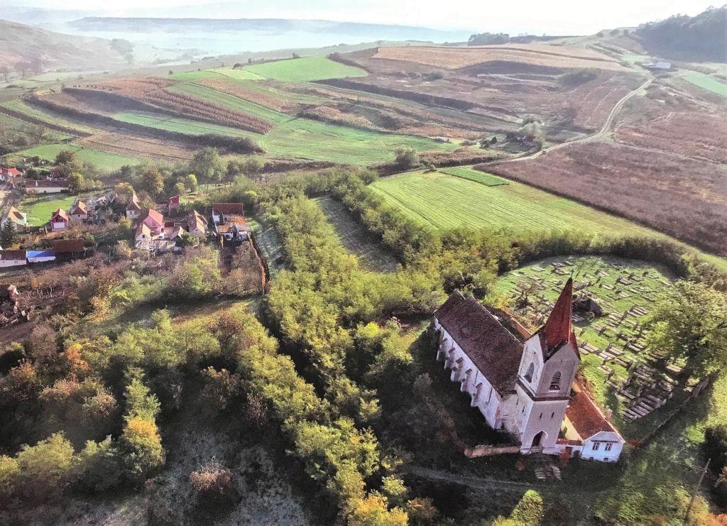 Kirchenburg von Haschagen; Fotografie aus dem Bildband Ueber Siebenbuergen