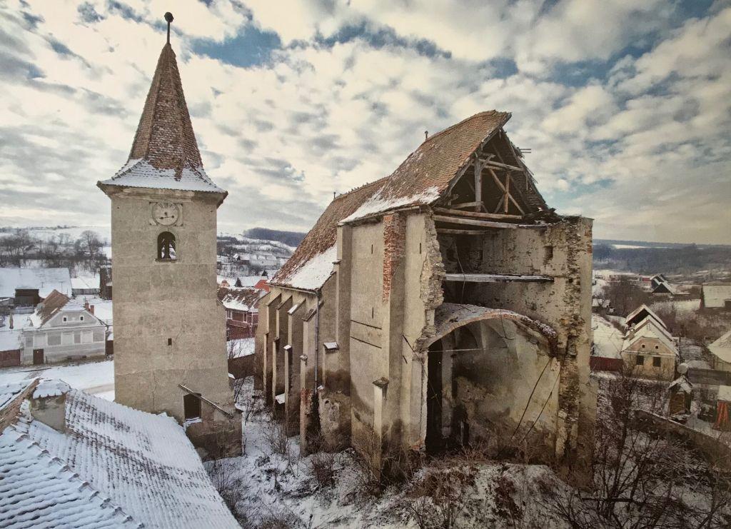 Ruine der Kirchenburg von Woelz im Winter; Fotografie aus dem Bildband Ueber Siebenbuergen