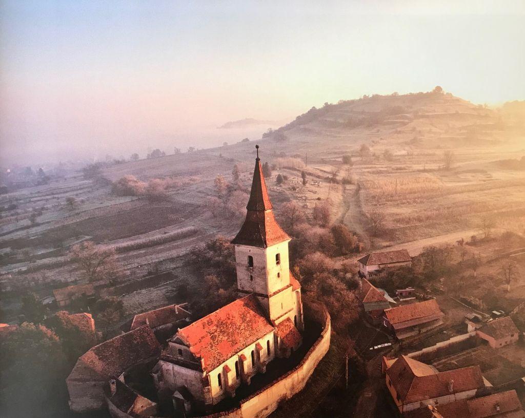 Kirchenburg von Arbegen im Abendlicht; Fotografie aus dem Bildband Ueber Siebenbuergen