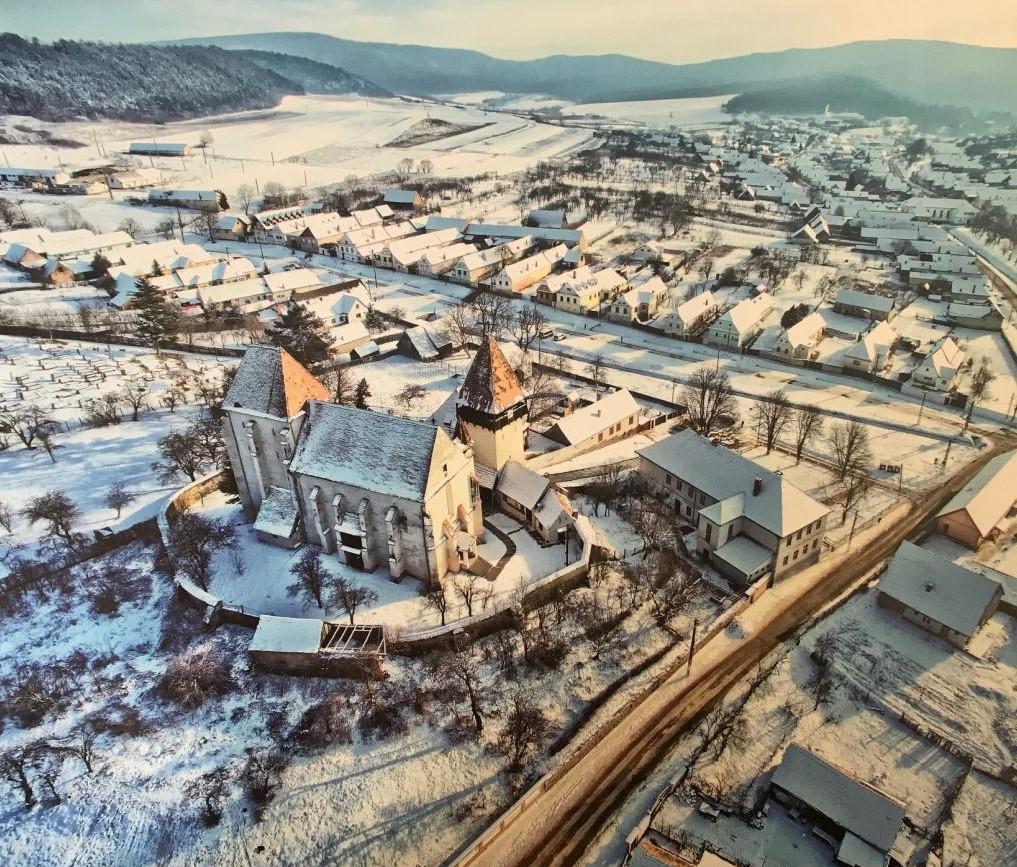 Kirchenburg von Baaßen im Winter; Fotografie aus dem Bildband Ueber Siebenbuergen