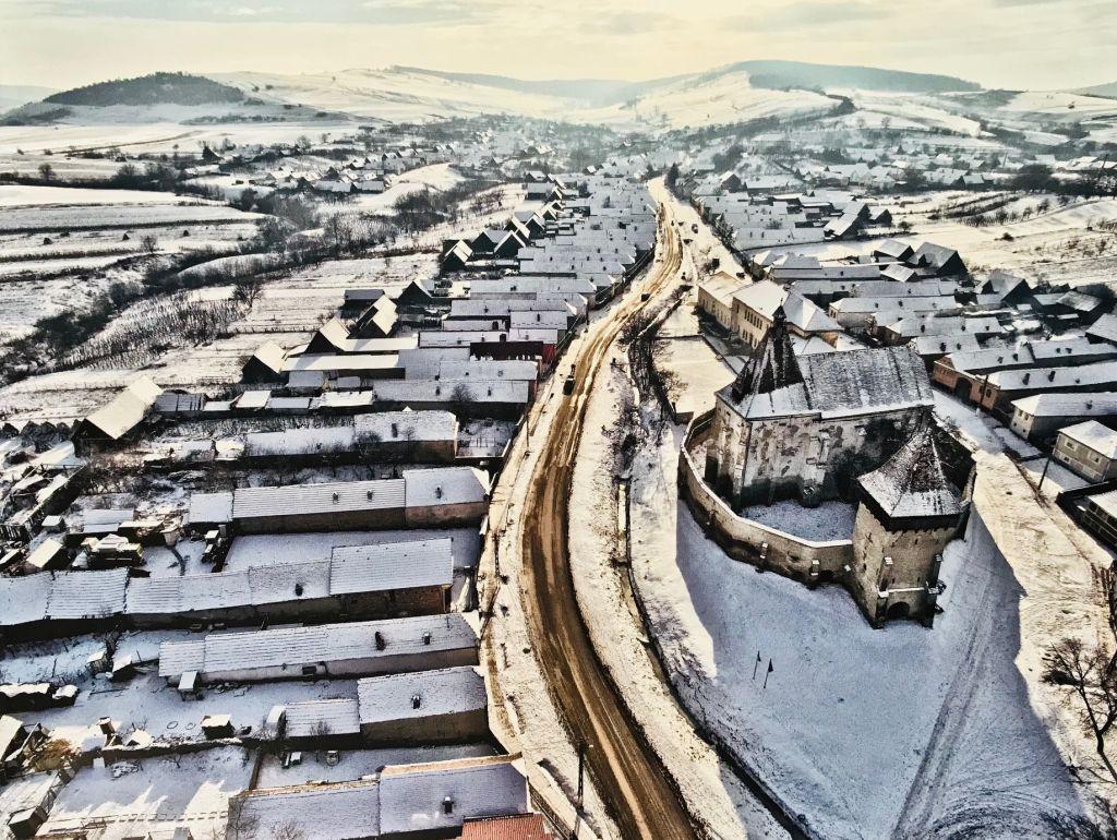 Kirchenburg von Bonnesdorf im Winter; Fotografie aus dem Bildband Ueber Siebenbuergen