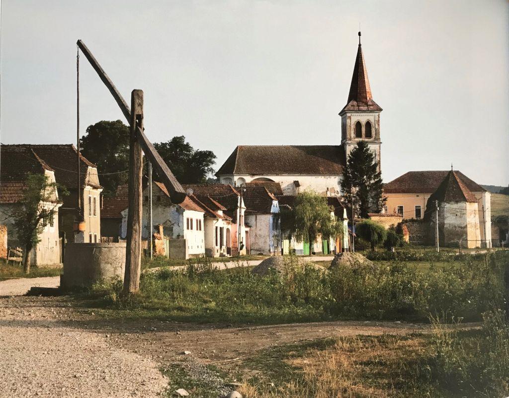 Dorfansicht Meeburg in Siebenbuergen; Fotografie aus dem Bildband Das Repser und das Fogarascher Land