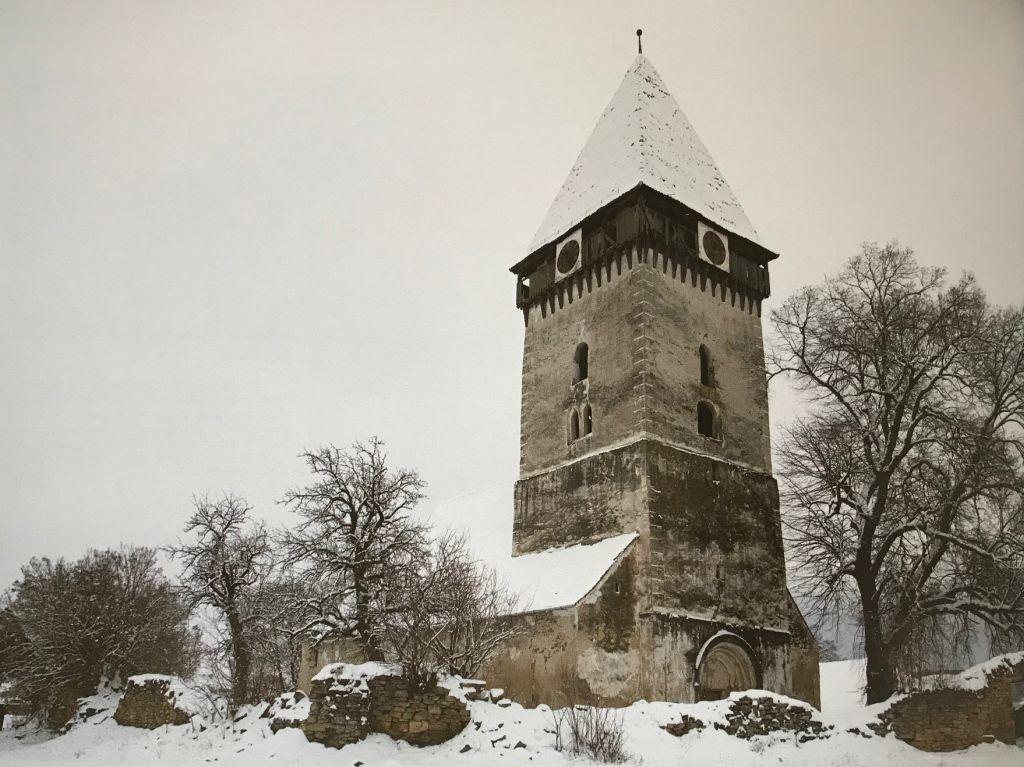 winterliche Ansicht der Kirchenburg von Tarteln in Siebenbuergen; Fotografie aus dem Bildband Das Repser und das Fogarascher Land