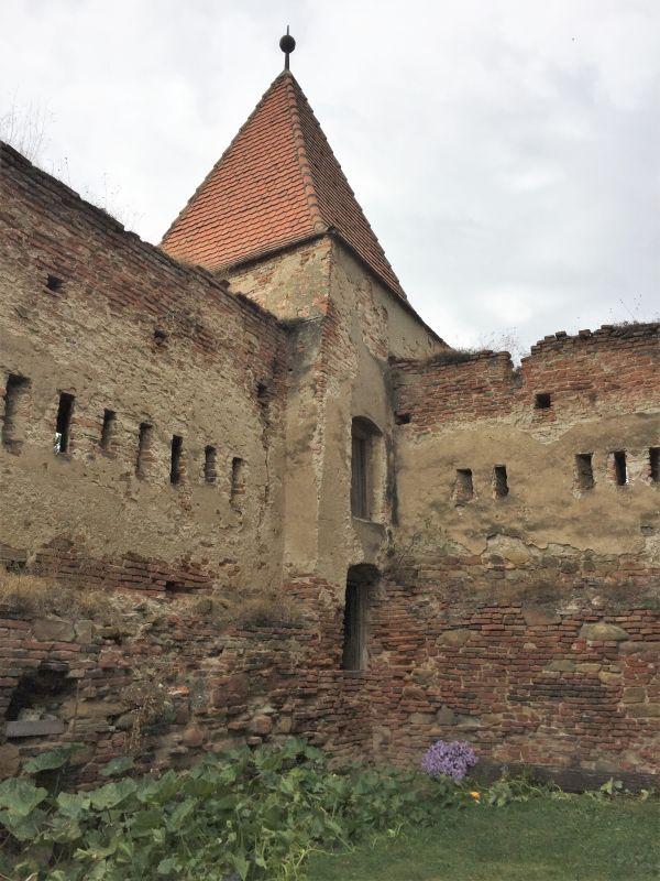 Speckturm der Burgruine Stolzenburg in Slimnic