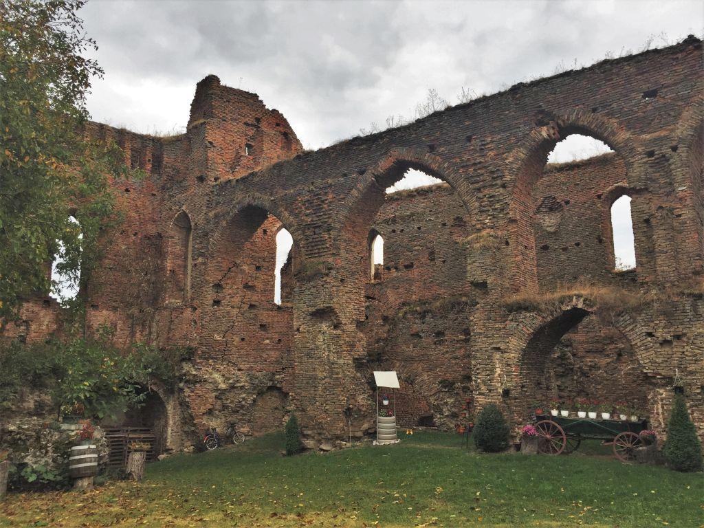gotische Arkadenboegen des Saalbaus auf der Stolzenburg in Slimnic