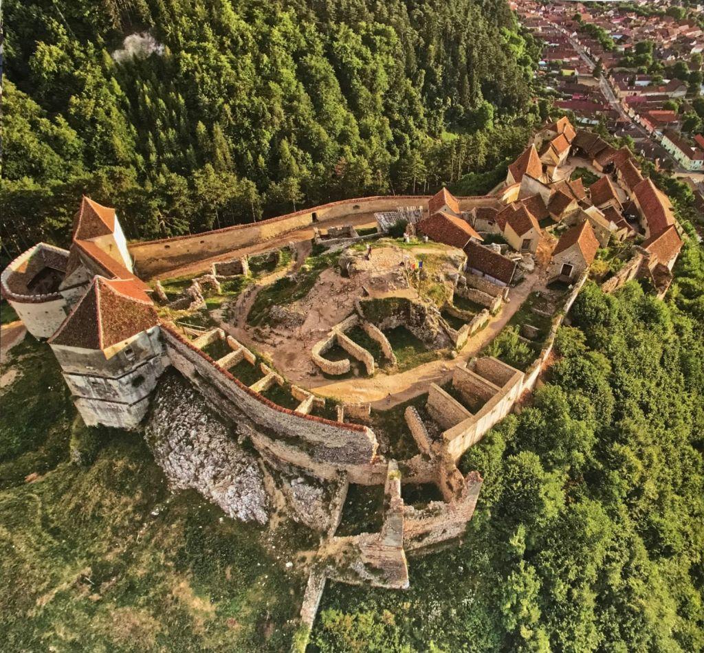 Luftaufnahme der Bauernburg von Rosenau; Fotografie aus dem Bildband Ueber Siebenbuergen