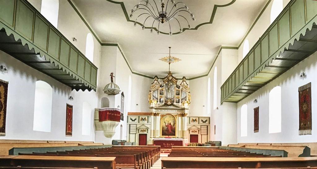 Innenraum der Kirche von Brenndorf; Fotografie aus dem Bildband Ueber Siebenbuergen
