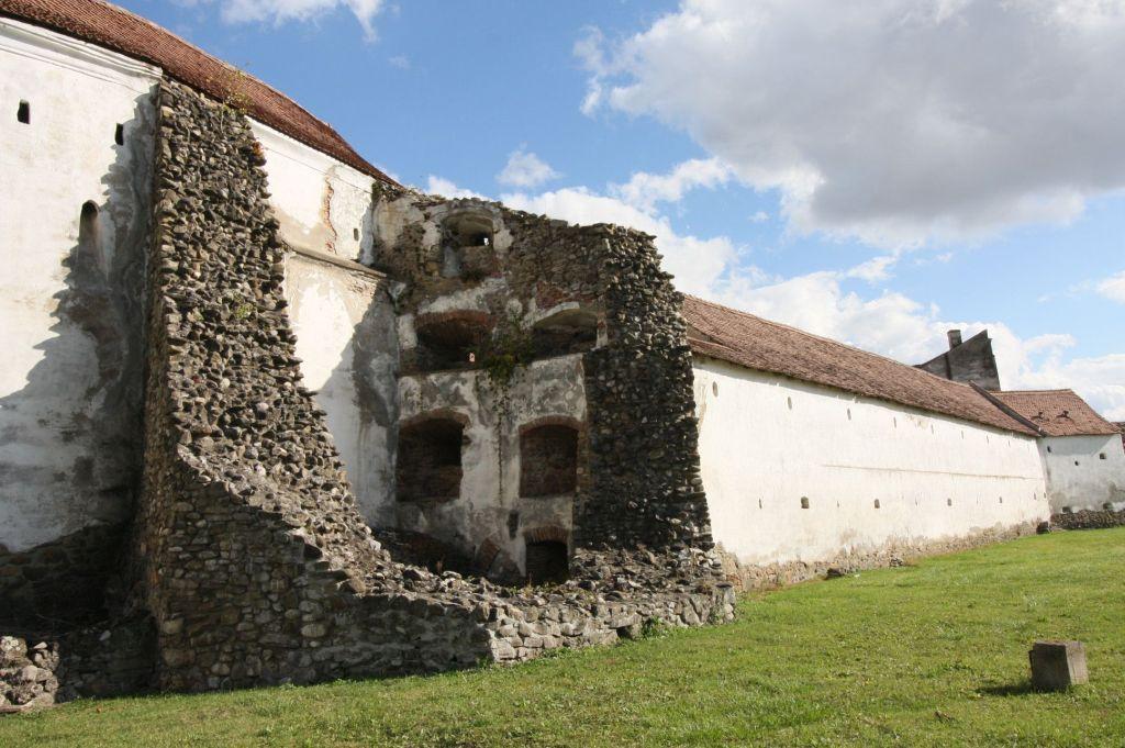 eingestuerzter und abgetragener Wehrturm der Kirchenburg von Tartlau / Prejmer