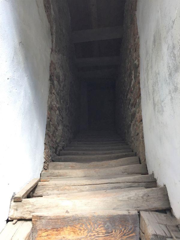 Holztreppe als Aufgang zum Wehrgang der Kirchenburg von Tartlau / Prejmer