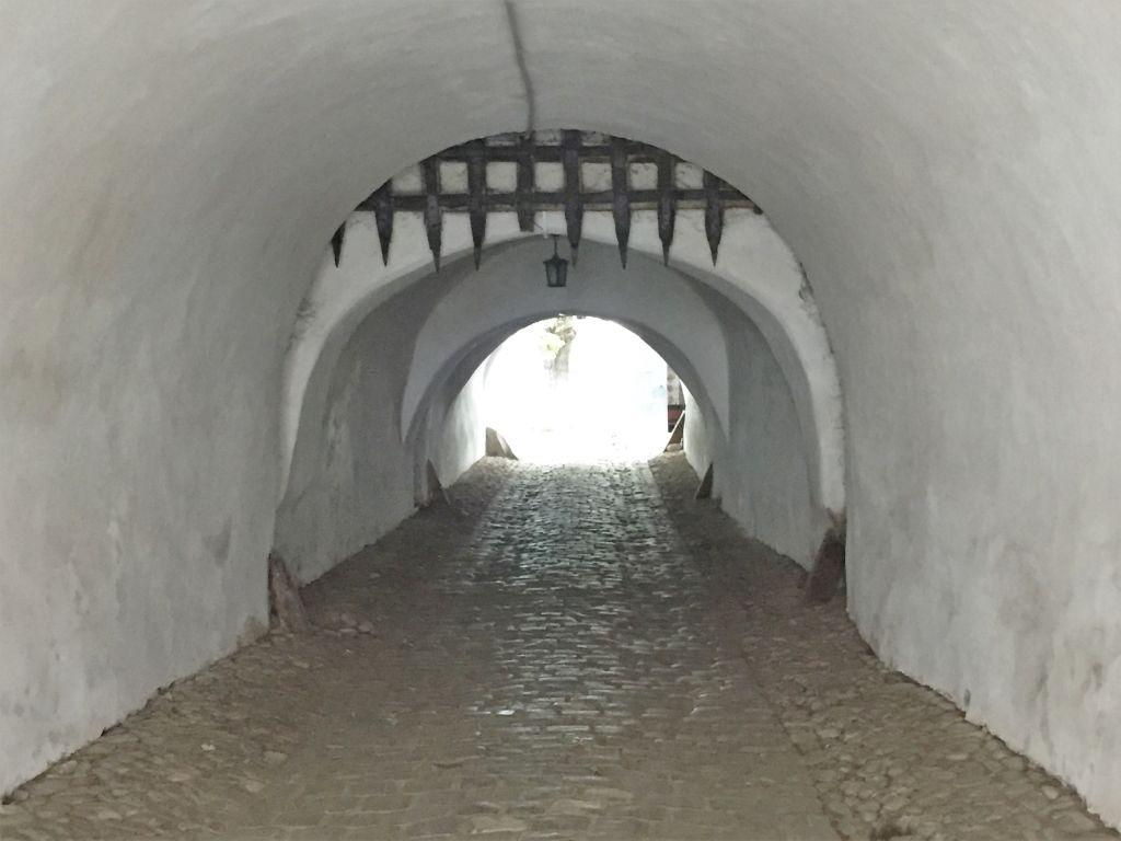 Toreinfahrt mit Fallgitter in der Kirchenburg von Tartlau / Prejmer