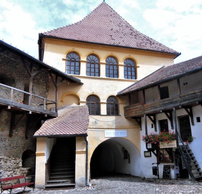 Torwehre und Aufgang zur Ratsstube in der Vorburg der Kirchenburg von Tartlau / Prejmer